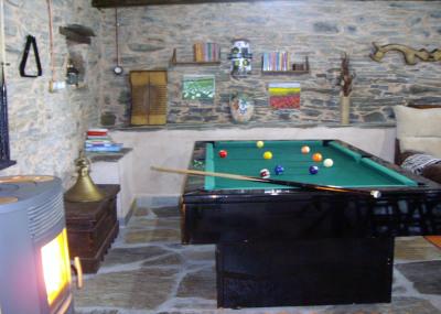 Mesa de billar en en salón de la casa rural